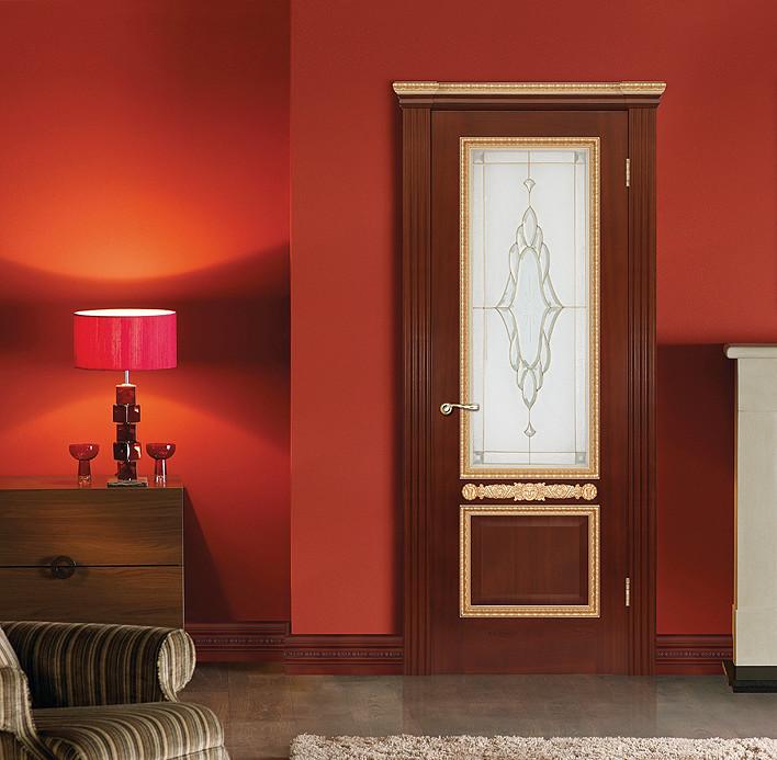 """Дворцовая дверь из красного дерева с витражом и капителью """"Капри"""" в интерьере"""