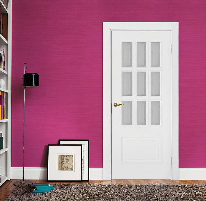"""Дизайнерская белая эмалированная дверь с фацетом """"Парма"""" в интерьере"""